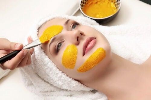 Máscara de açafrão ajuda a reduzir bolsas e olheiras