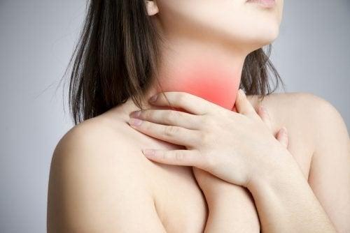Mulher com mal-estar na garganta