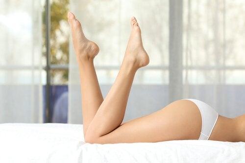 Mulher com pernas firmes graças ao óleo reafirmante