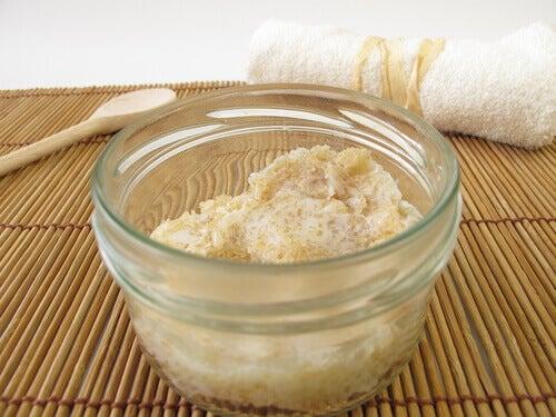 Esfoliante de centeio, leite e limão para remover os pelos