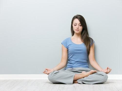 Mulher fazendo meditação