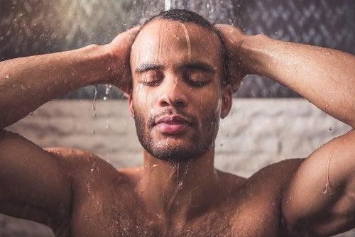 Homem tomando banho