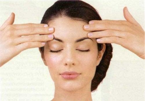 Levantar a sombrancelha ajuda a evitar a flacidez no rosto