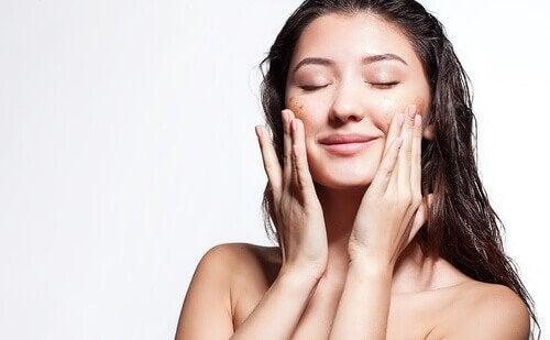 Mulher hidratando a pele