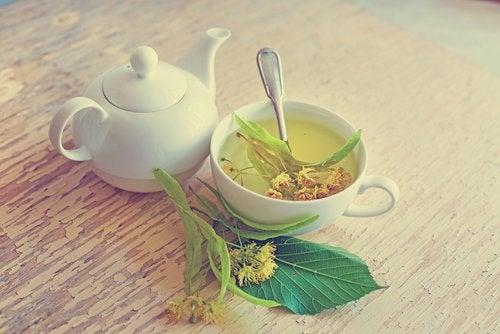 Chá de tília combate as ondas de calor da menopausa