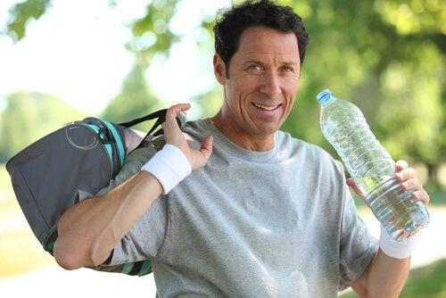 Se for fazer uma atividade física onde irá transpirar, leve água com você
