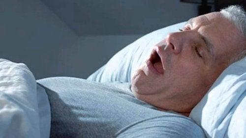 Homem roncando durante o sono