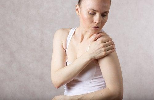 Mulher com ombro inflamado