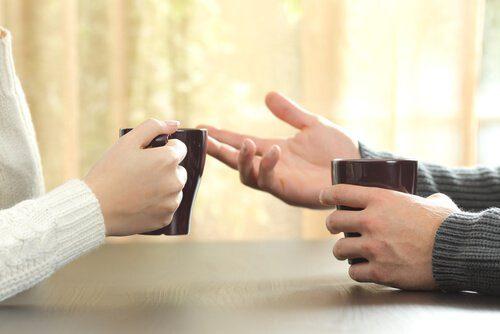 Linguagem corporal se expressando com as mãos