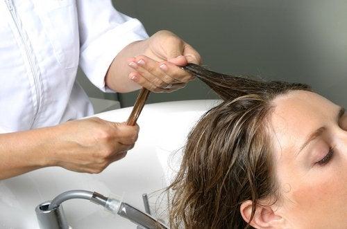 Loção e massagem capilar para evitar a queda de cabelo