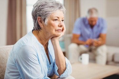 Mulher esperando prova de amor do seu parceiro