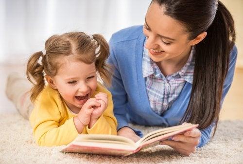 Mãe incentivando o amor pelos livros em sua filha