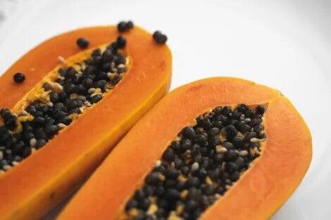 7 benefícios de consumir as sementes do mamão