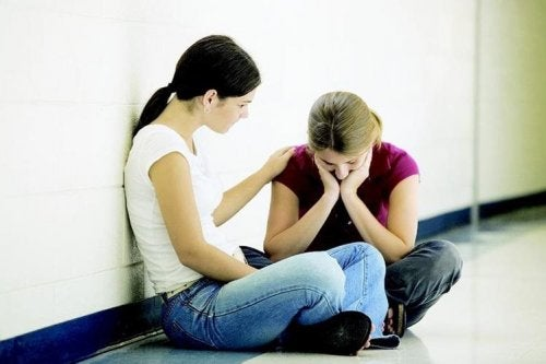 Amiga consolando moça em desequlíbrio mental