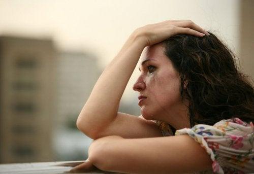Mulher chorando na intimidade