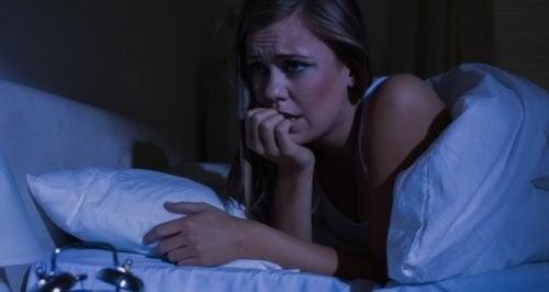 Mulher que sofre com ataque de pânico noturno