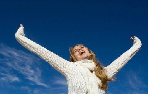 Mulher feliz e com equilíbrio físico e menta