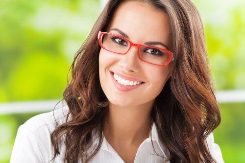 Mulher usando óculos cuidados