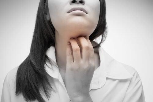 4 remédios naturais para a coceira na garganta
