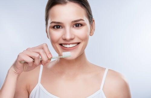 Mulher usando óleo de coco para escovar os dentes