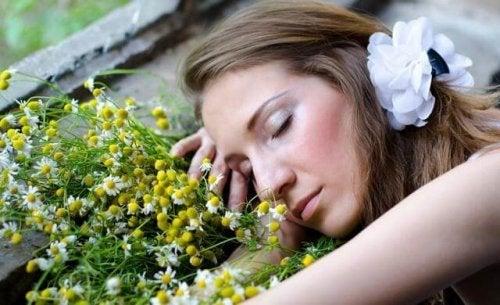 Mulher cuidando de suas flores
