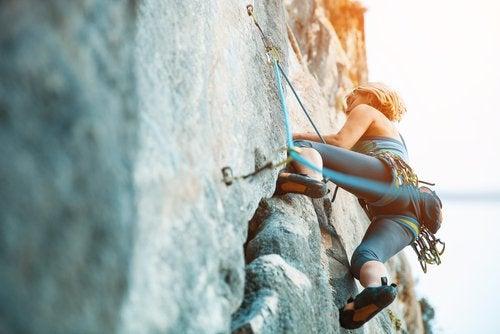 Mulher escalando montanha