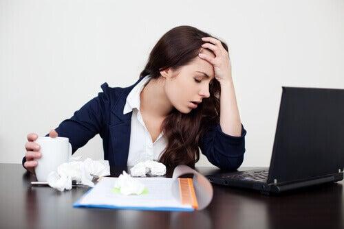 Mulher estressada no trabalho experimentando um ataque de pânico