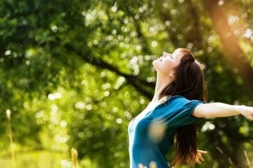 Mulher feliz em meio à natureza