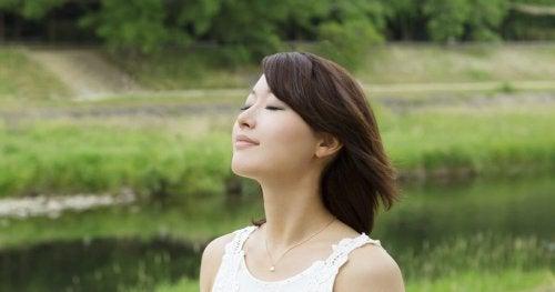Mulher japonesa respirando profundamente