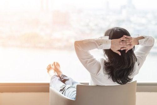 Mulher desfrutando da menopausa sentada