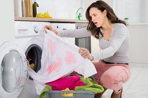 Mulher tirando roupa tingida