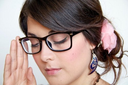 Mulher com óculos bem cuidados