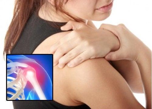 Mulher com dor no ombro por causa de capsulite