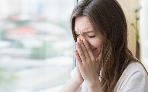 Mulher espirrando com alergia sazonal