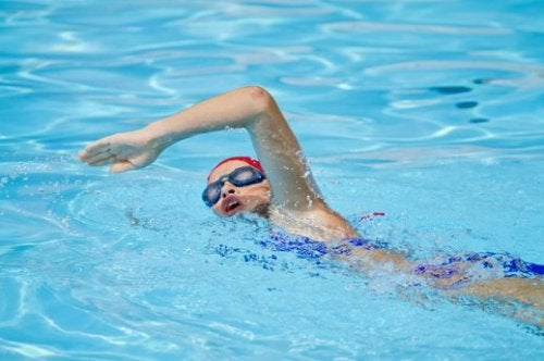 A natação ajuda a manter a forma após os 50