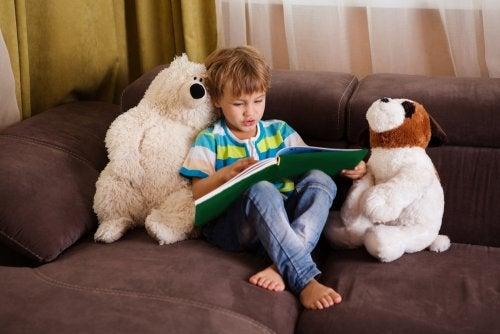 Criança incentivando seu amor pelos livros