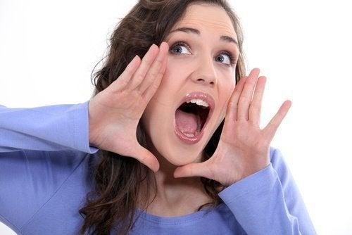 Abrir a boca é um exercício para evitar a flacidez do rosto