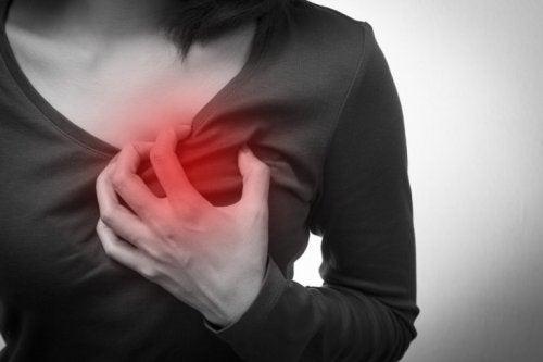 Mulher com mal-estar cardiaco