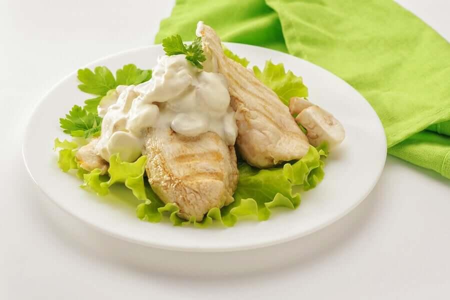 O potássio também é encontrado na carne branca, como a de frango, que também fornece outros nutrientes e vitaminas, entre elas a vitamina B3