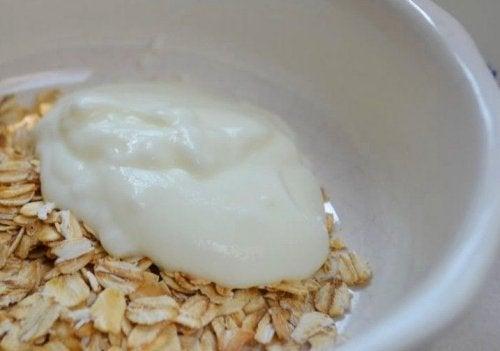 Aveia com iogurte ajudam a controlar a prisão de ventre severa