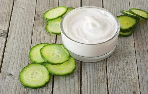 Iogurte natural e pepinopodem reduzir as manchas do rosto