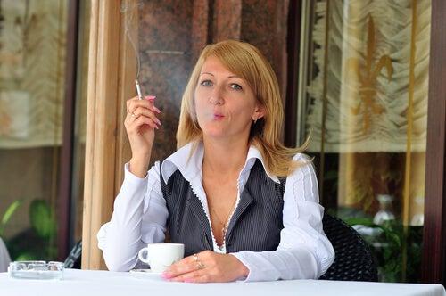 tomar café e fumar pode provocar palpitações