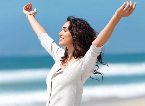 Mulher feliz e cheia de energia