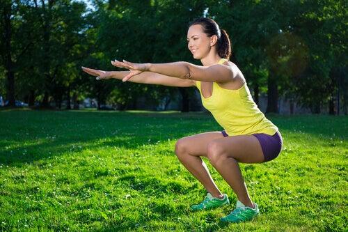 Mulher fazendo exercícios de agachamento