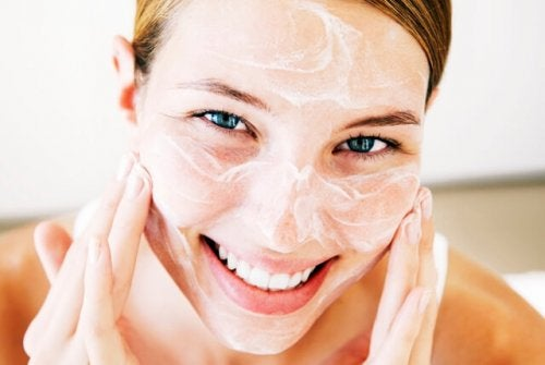Mulher aplicando creme hidratante para tratar a secura da pele