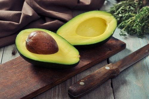 O abacate ajuda a combater a pele seca e rachada