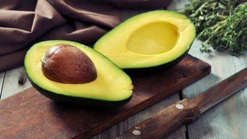 O abacate ajuda a manter o cabelo forte e saudável