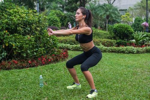 Mulher praticando exercícios de agachamento