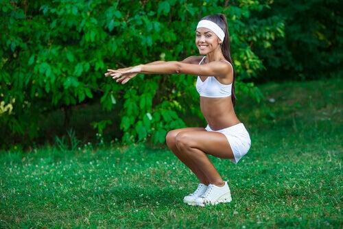 Moça fazendo exercícios de agachamento