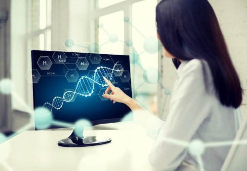 Médica analizando cromossomos sexuais